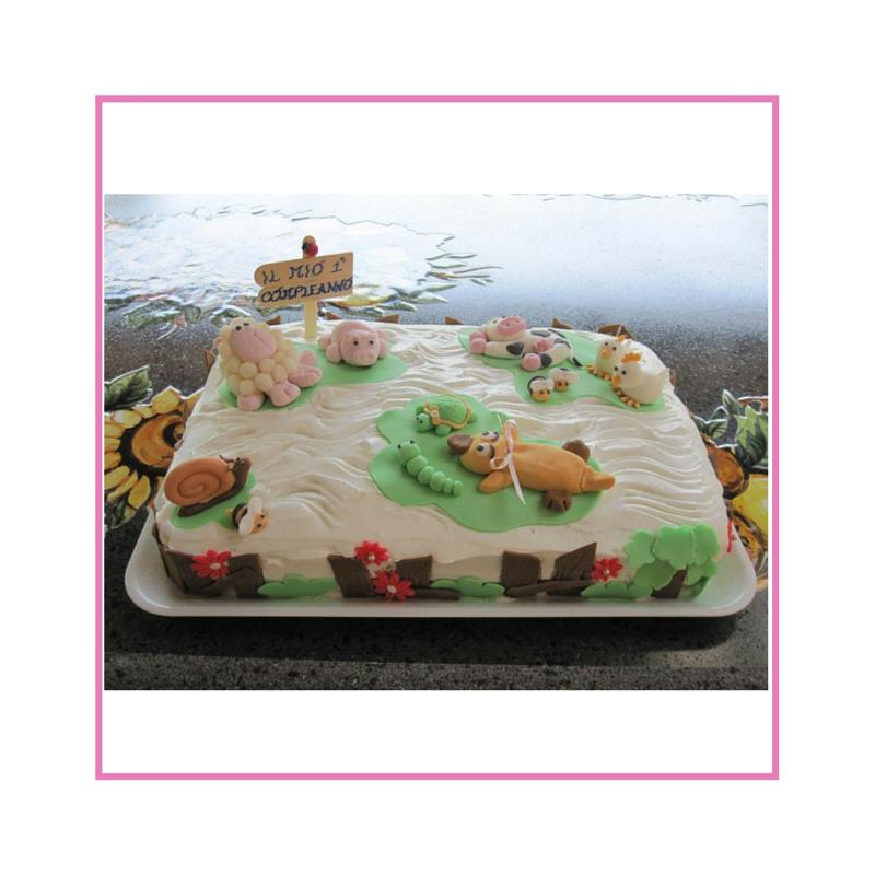 Torta con decorazione in panna e pasta di zucchero, tema animali della fattoria