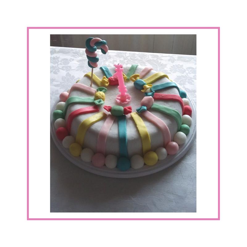 Torta con decorazione in pasta di zucchero, tema caramelle
