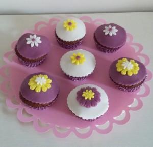 muffin al miele con decorazioni in pasta di zucchero viola