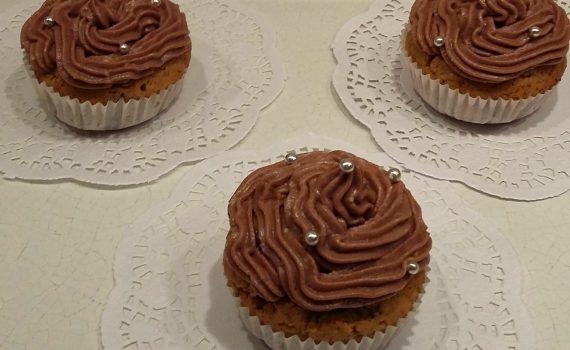 3 cupcake ciocco-cookies con frosting e decorazioni