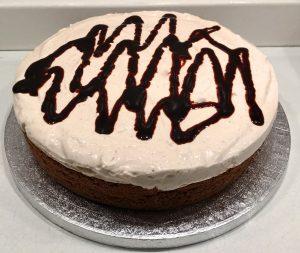 torta cioccolato e panna con topping