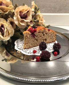 fetta della torta con ricotta e frutti i bosco