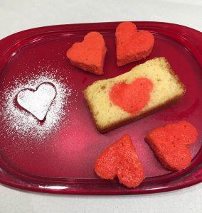 plumcake con sorpresa con cuori e zucchero a velo