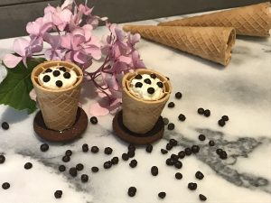 dessert in cornetto con gocce di cioccolato