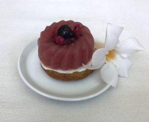 dessert con crema di latte e pistacchio con fiore