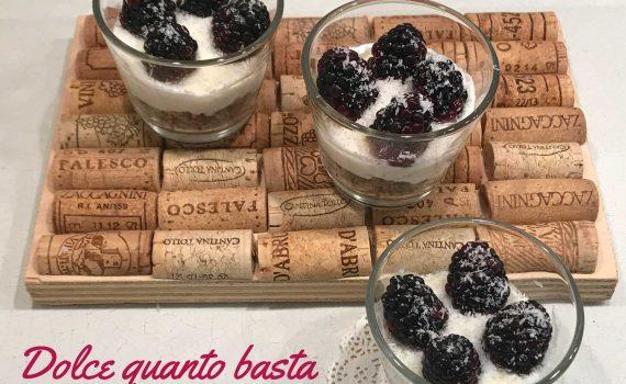 dessert con yogurt greco, more e cocco
