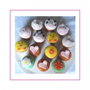 Cupcake con pasta di zucchero con animaletti
