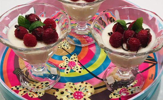 coppette di mousse, cioccolato bianco e lamponi