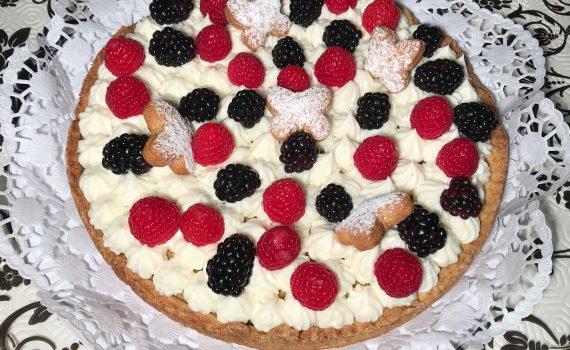 torta al pistacchio e crema di limone con lamponi e more